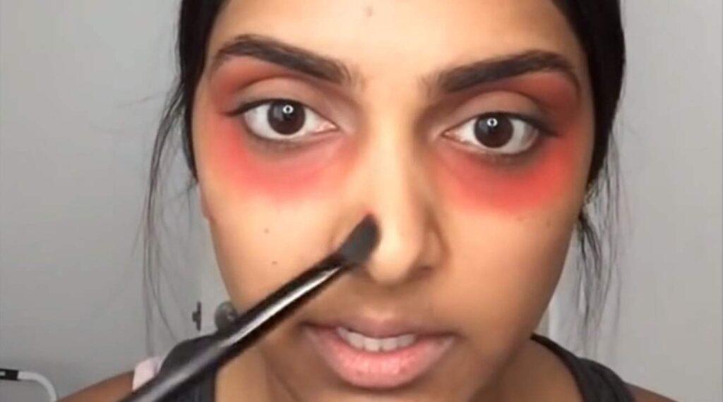 Dutta även ut läppstiftet på andra mörka fläckar i ansiktet.