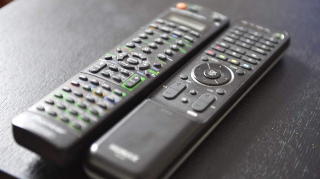 Visste du att din fjärrkontroll till tv:n är en av de smutsigaste sakerna i ditt hem? Annan elektronik så som din mobiltelefon och hörlurar samlar också på sig ton med bakterier.