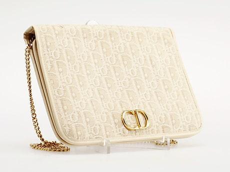Damväska, Dior. Monogrammönstrad canvas i beige. Axelrem och detaljer i gulmetall. 16 x 24 cm. Invändigt märkt Christian Dior Made in France. Slutpris: 1 500 kronor.