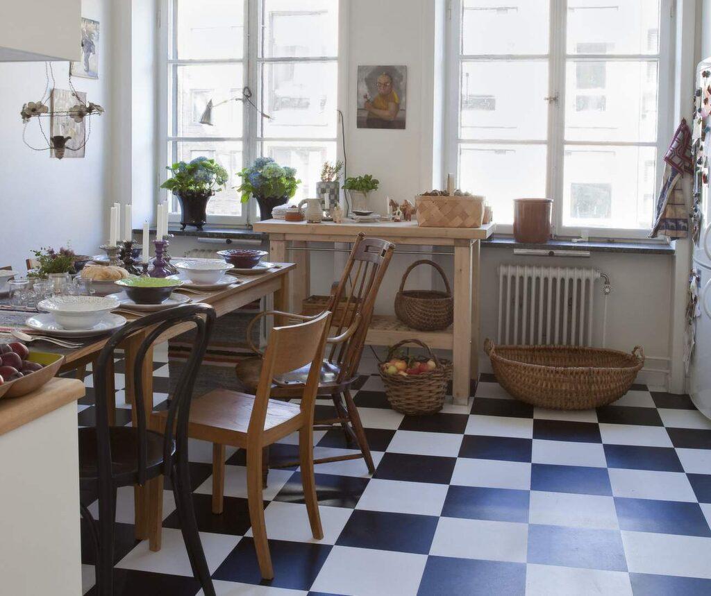 Laminatgolv är vanligt i kök, tack vare att det är ett mycket tåligt golv.