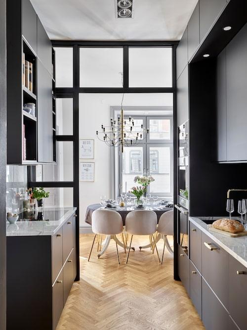 """""""Köket är från Ikea, och har smarta lösningar. Vitvarorna är från exklusiva Neff och jag älskar espressomaskinen. Så gott kaffe! Ångungnen är också en favorit. Är även mycket förtjust i marmorbänkarna och den underhållsfria blandaren från Nivito som både är både snygg och praktisk då den inte behöver putsas."""""""