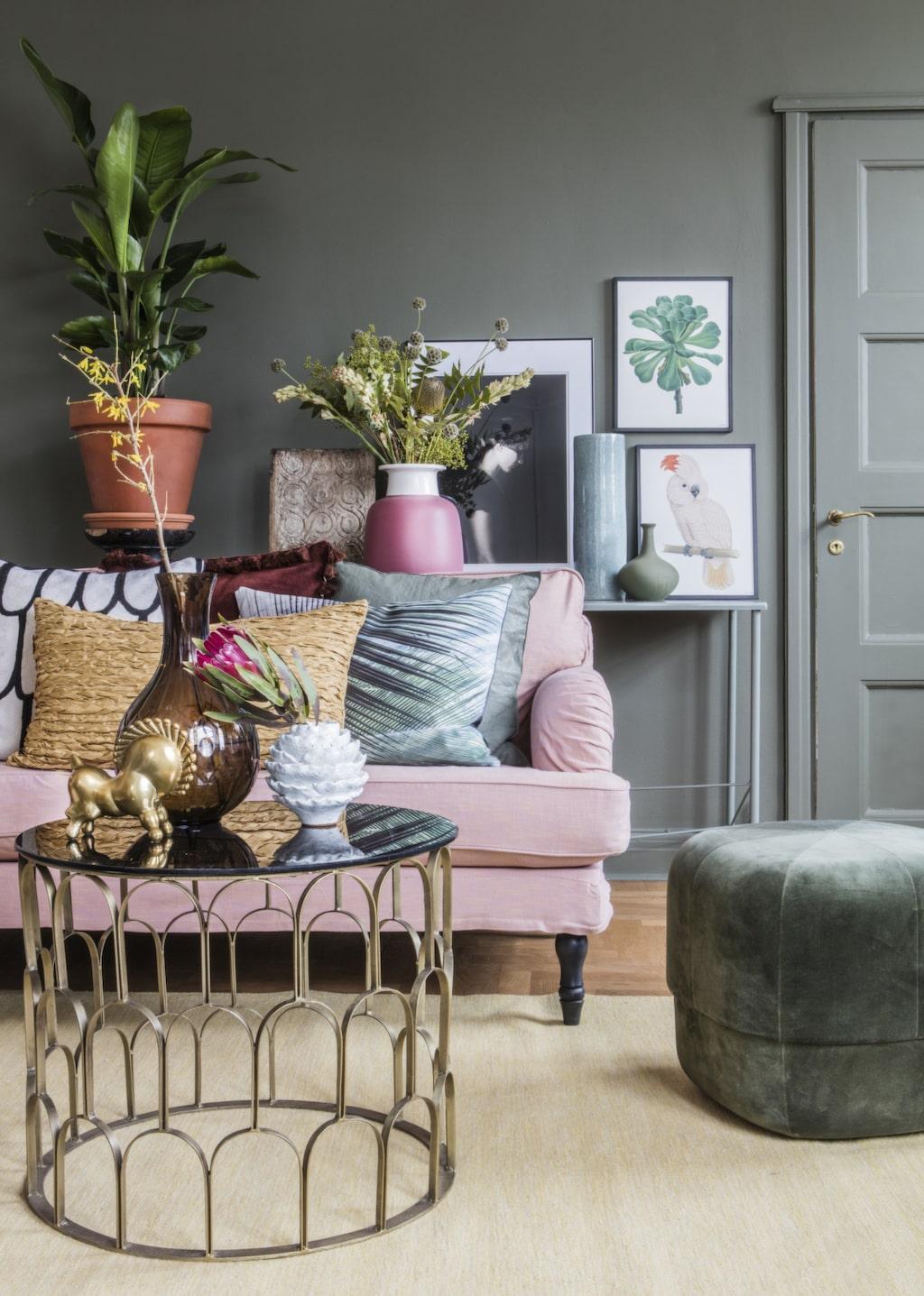 <p>Våga måla en mörkare väggfärg i vardagsrummet – den gröna kulören är fin till mjuka pasteller. Pigga upp med metaller och glasdetaljer.<br></p>