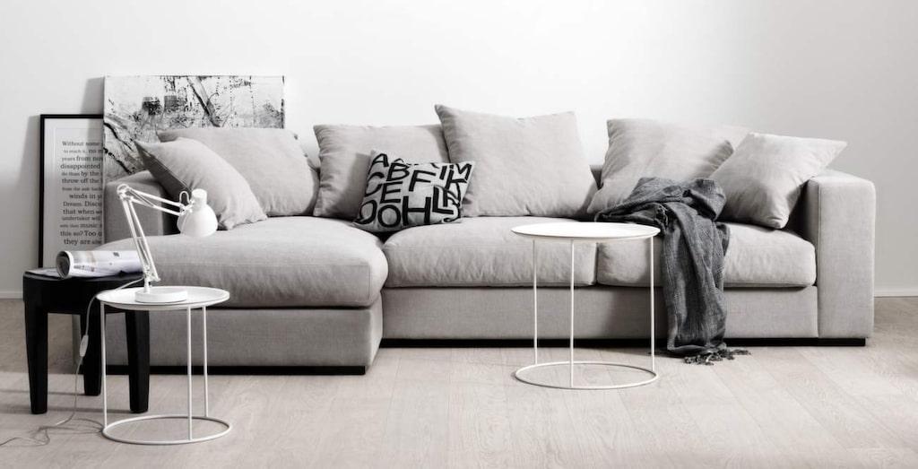 <p>Ljusgrå soffan Cenova  med lounge- och vilmodul, 85x317x156 centimeter, 40 089 kronor, Boconcept.</p>