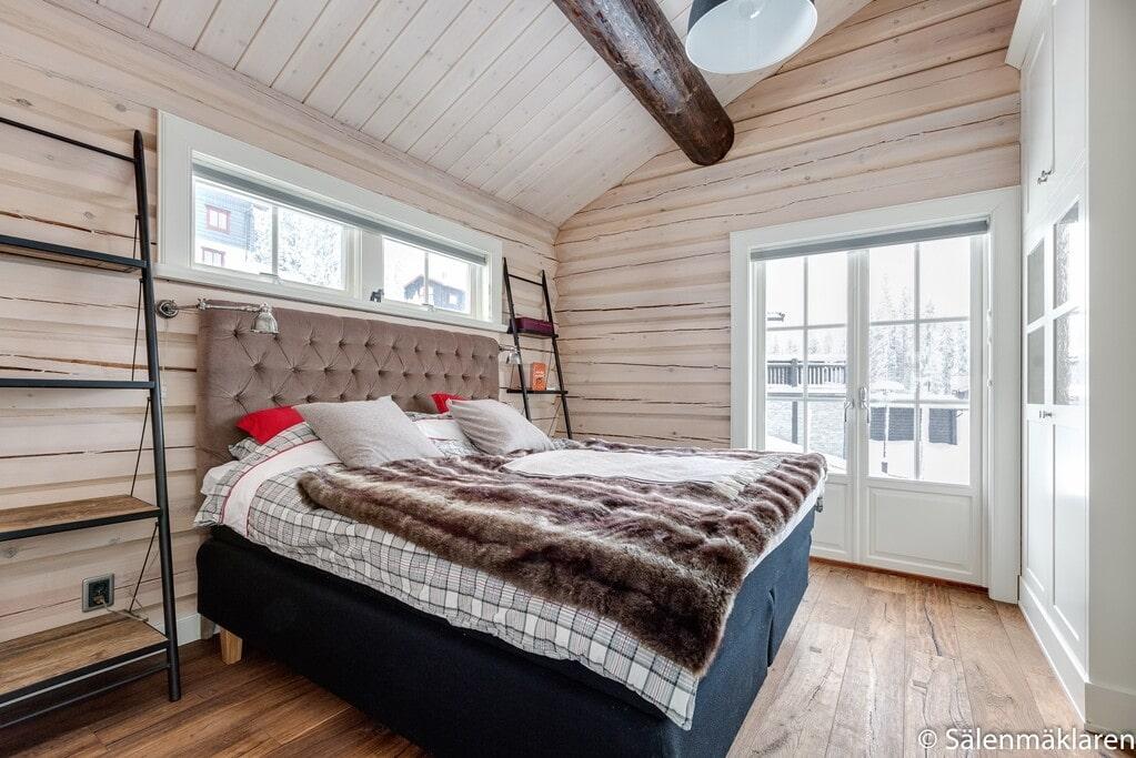Master bedroom med platsbyggd garderob samt eget badrum med mosaik och klinker.