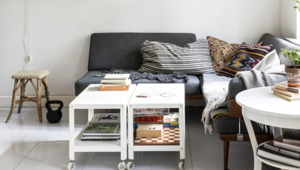 Soffan är köpt på nätet och klädd med ett nytt tyg. Soffbord och hyllor kommer från Ikea. Taklampan är köpt på nätet. Sidobordet är köpt på auktion.