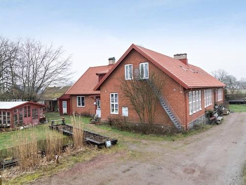 Huset är på 450 kvadratmeter och till det hör tomten på 3 199 kvadratmeter.