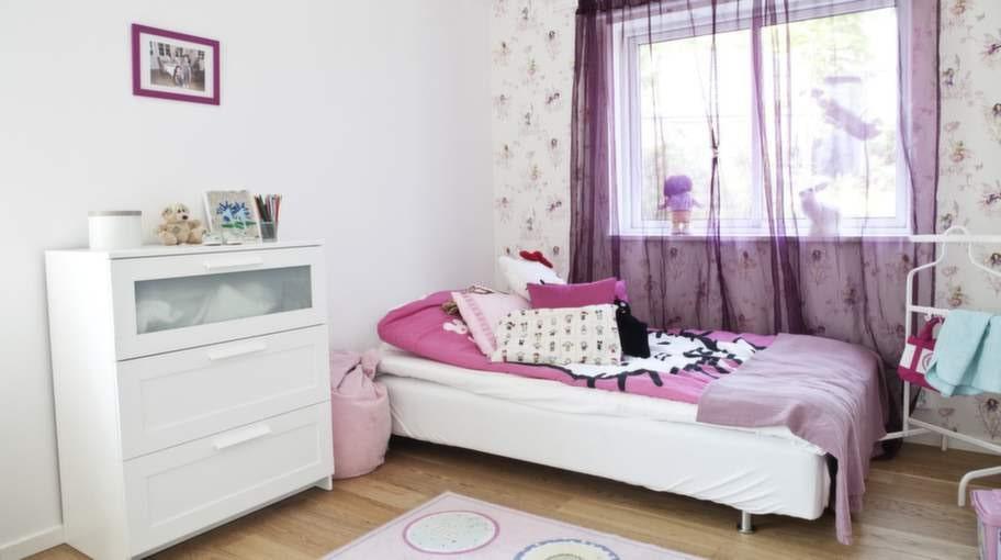 Lila och rosa. På övervåningen har Jane och Julia ett varsitt rum, med gemensamt badrum i anslutning. Att Jane gillar lila och Julia rosa råder det ingen tvekan om – färgerna är genomgående i tjejernas rum.