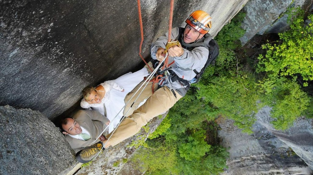 Paret står på en klippavsats drygt hundra meter över marken.