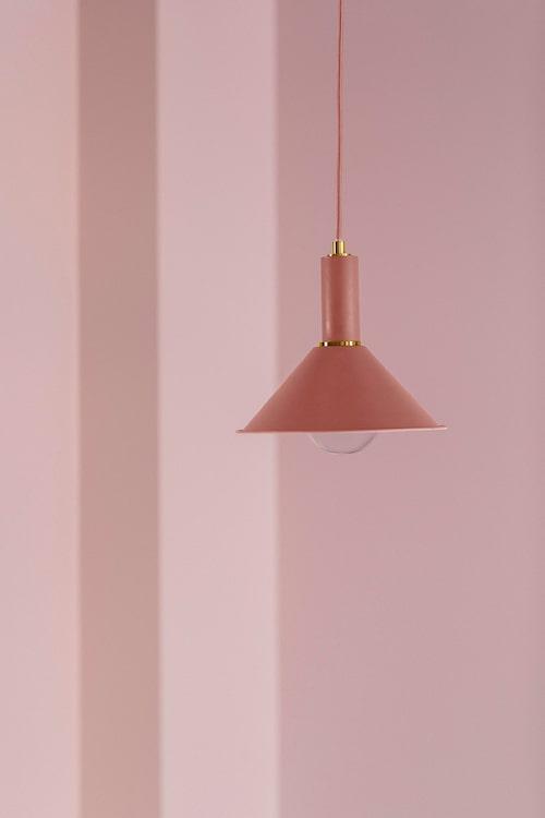 Rosa fönsterlampan Lithu har detaljer i mässing.