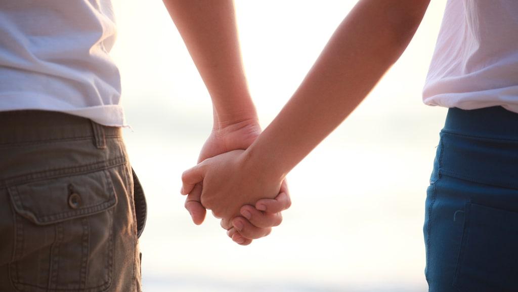 Att hålla handen tycker flest är mest romantiskt.