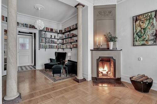 Lägenheten som är till salu har en fungerande öppen spis, takstuckaturer och vackra pelare.