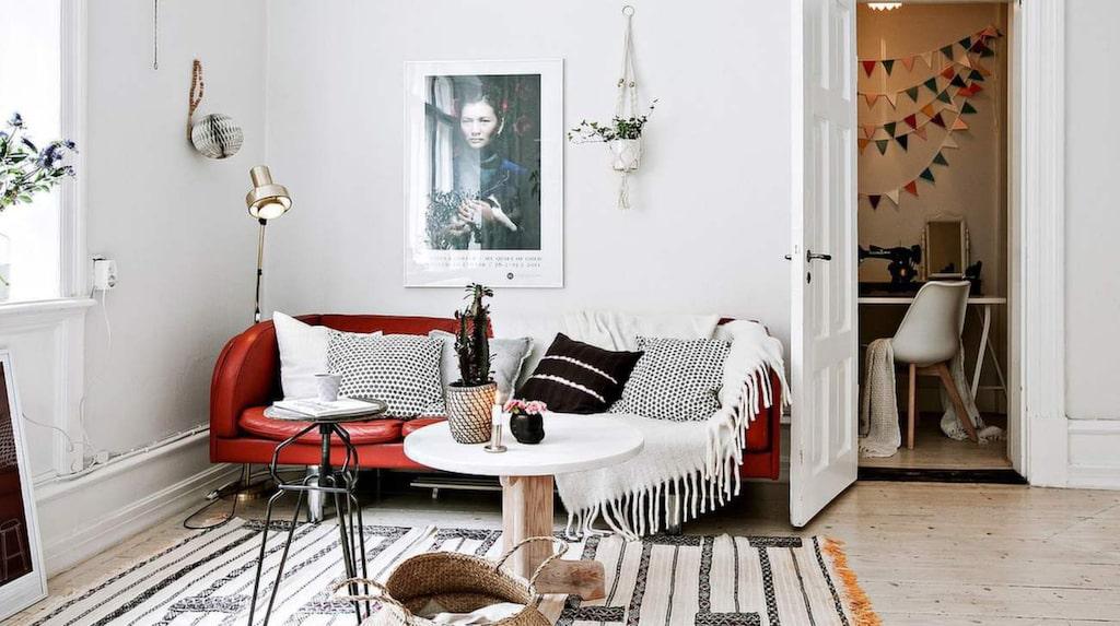 Vardagsrum med en liten vrå för kontor, vilket också kan göras om till klädkammare.