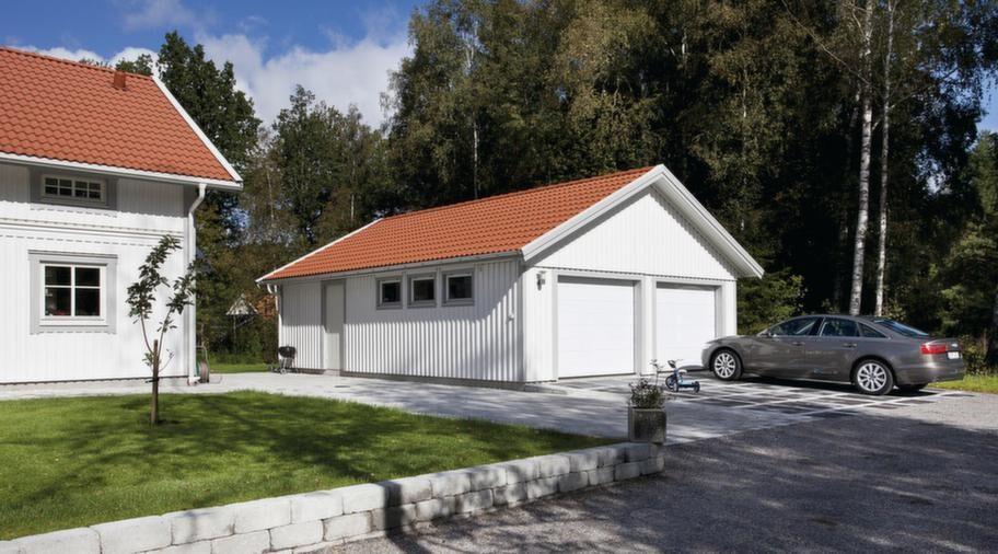 """<strong>Går att förlänga.<br>Tvåbilsgarage med sadeltak från Mellby Garage. Utvändigt mått 7,5 x 9,7 meter, går att förlänga i moduler om 120 centimeter. Den här modellen finns att köpa """"precut"""", som komplett garage i färdigkapat lösvirke. Fönster och gångdörr är tillval. För ett oisolerat garage inklusive två takskjutportar och takpannor är priset från 100 900 kronor.<br>Info: mellbygarage.se<br></strong>"""