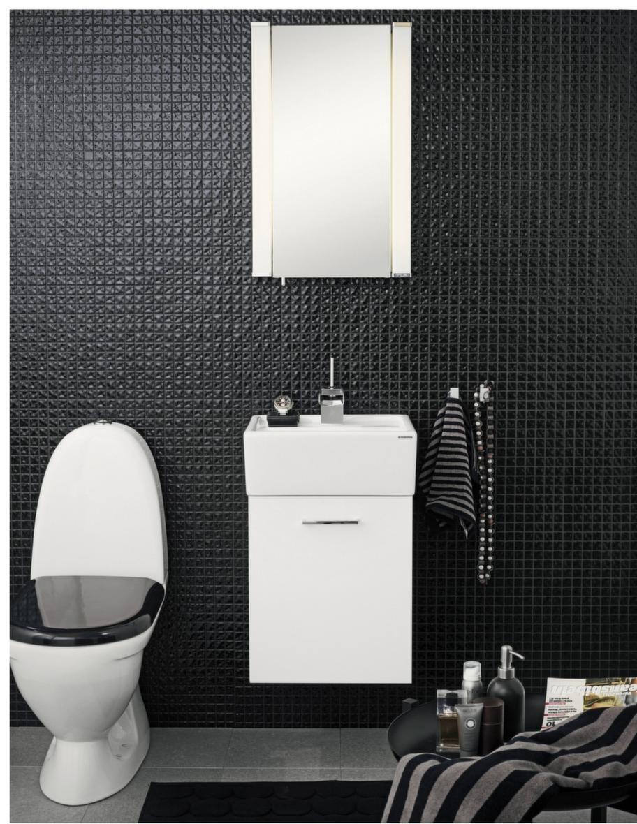 """<span style=""""text-decoration: underline;"""">Easy, Svedbergs - Möbler för små ytor</span><br>Möblerna i träfaner går nu att få i gråbetsad eller ek. Fronterna finns även i vitt, grått och turkos.<br>Pris: Easy underdel 40 vit, 2 985 kronor, Love Me tvättställsblandare krom, 4 325 kronor. Överdel spegelskåp 40 vit lysrörsbelysning, 3 725 kronor, Quadra handdukshängare, 200 kronor för två, WC 9082 med svart sits, 3 790 kronor."""