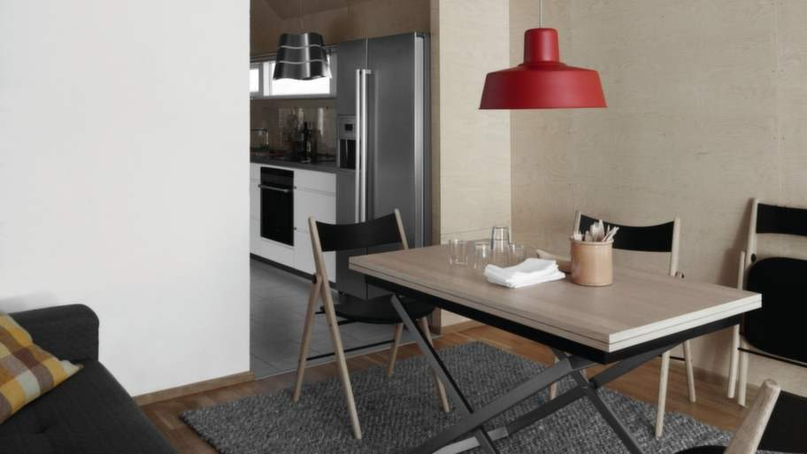 Ät och sov på samma yta. Med denna lösning kan man göra om en etta till en tvårummare. Matbordet här kan även användas som skrivbord. Cirka 35 000 kronor, The compact living store.