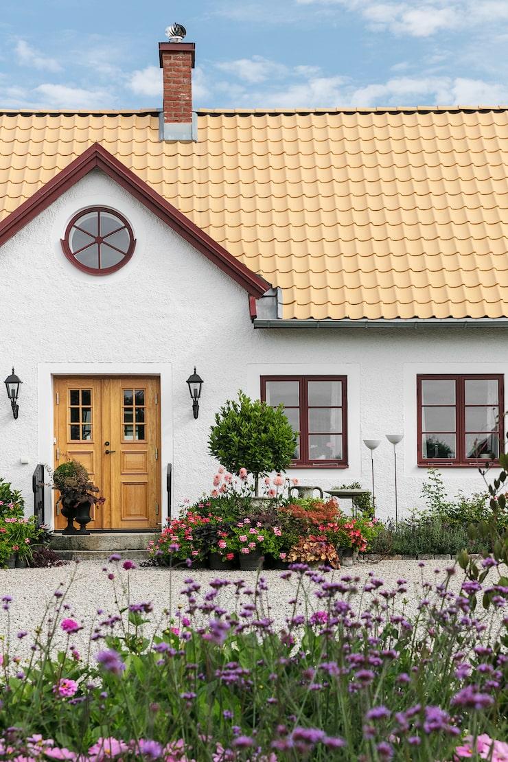 Den gamla länsmansgården från 1700-talet har fått en rejäl uppfräschning med nytt tak, ny fasad och nya fönster. Framför huset finns den klassiska rundeln med växter som ger huset en känsla av herrgård.