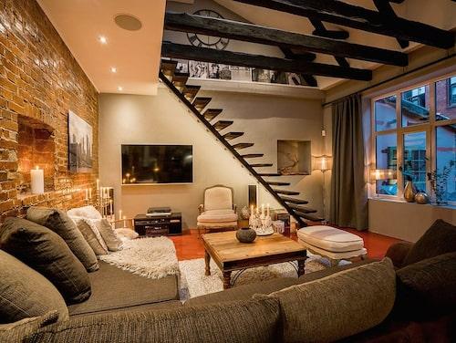 På nedervåningen är takhöjden 290 centimeter. Spottar och ljudsystem är infällt i taket.