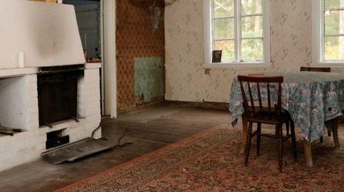 Bakugnen med kåpa från mitten av 1800-talet har klarat sig bättre än tapeten.