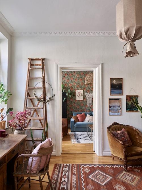 I mellanrummet mellan sovrum och vardagsrum kommer väggarna troligen att förbli vita. Tavlor, Lisa Burenius, Clart Studio i Varberg. Matta, Carpetvista. Grön print, Junique. Peace-tecken, Lillalager.se. Mönstrad kudde, Åhléns.