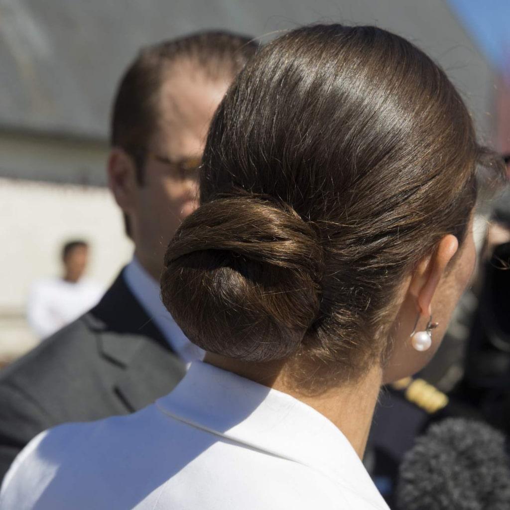 Kanske sover även Victoria med håret i en knut.