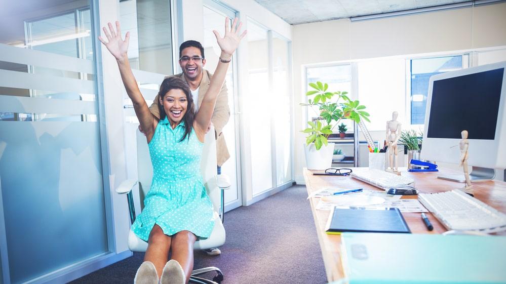 Det kan vara påfrestande för alla andra, men forskning pekar på att en bästis på jobbet kan ge karriären en skjuts.