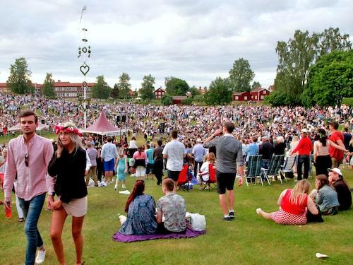 Över 25 000 människor brukar samlas för att fira midsommar i Gropen i Leksand.