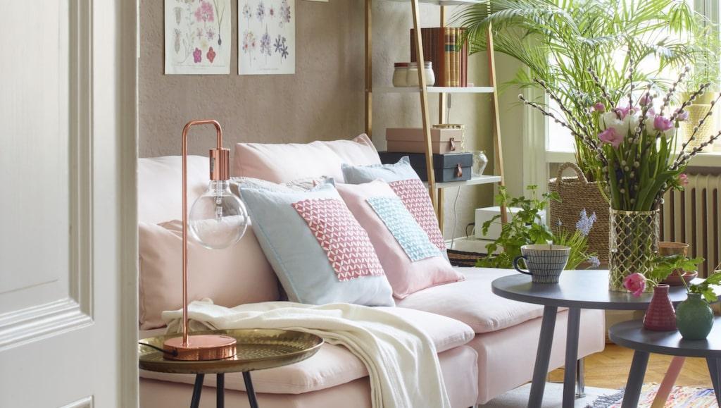 <p>Milda pasteller, mixade mönster, koppar, mässing och gröna växter ger en härlig känsla till rummet.&nbsp; <br></p>