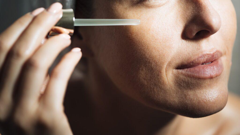 Serum tränger djupare ner i huden.