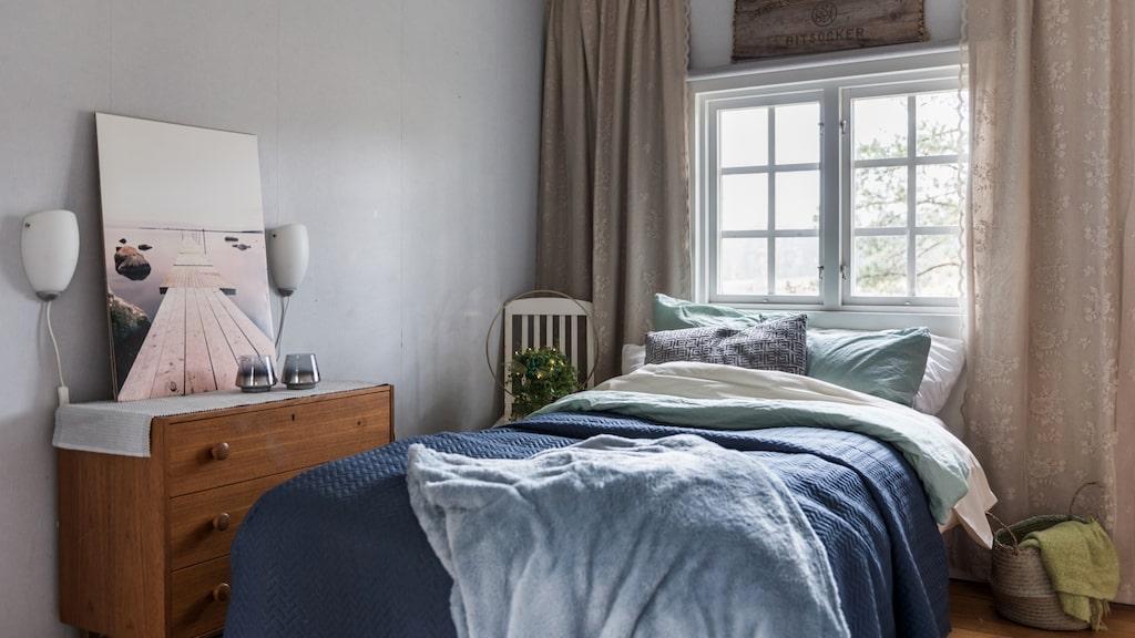 Stugan har två rum, varav ett sovrum.