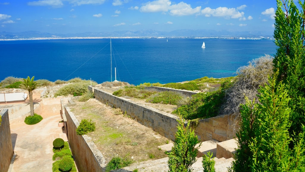 Du har en fantastisk utsikt över Medelhavet från hotellet.