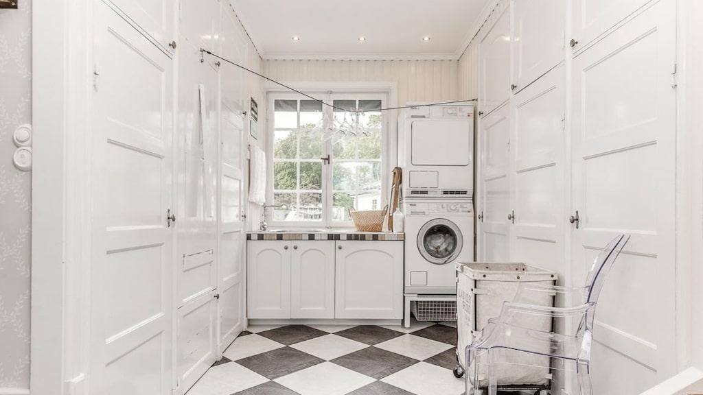 Tvättrummet finns precis bredvid köket.