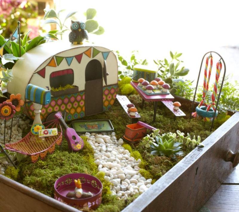 En liten husvagn med egen trädgård. Allt i miniatyr, förstås.