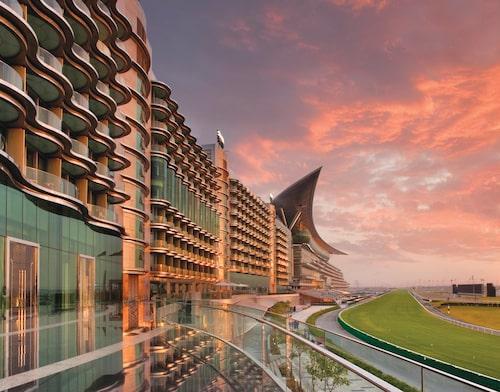 The Meydan Hotel ligger vid hästkapplöpningsbanan.