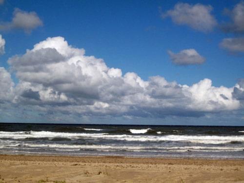 En blåsig men vacker strand i Norfolk.