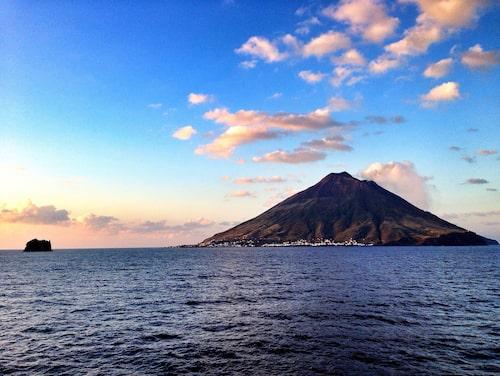 Norr om Sicilien i Italien ligger Stromboli som är hem för en av landets tre aktiva vulkaner.