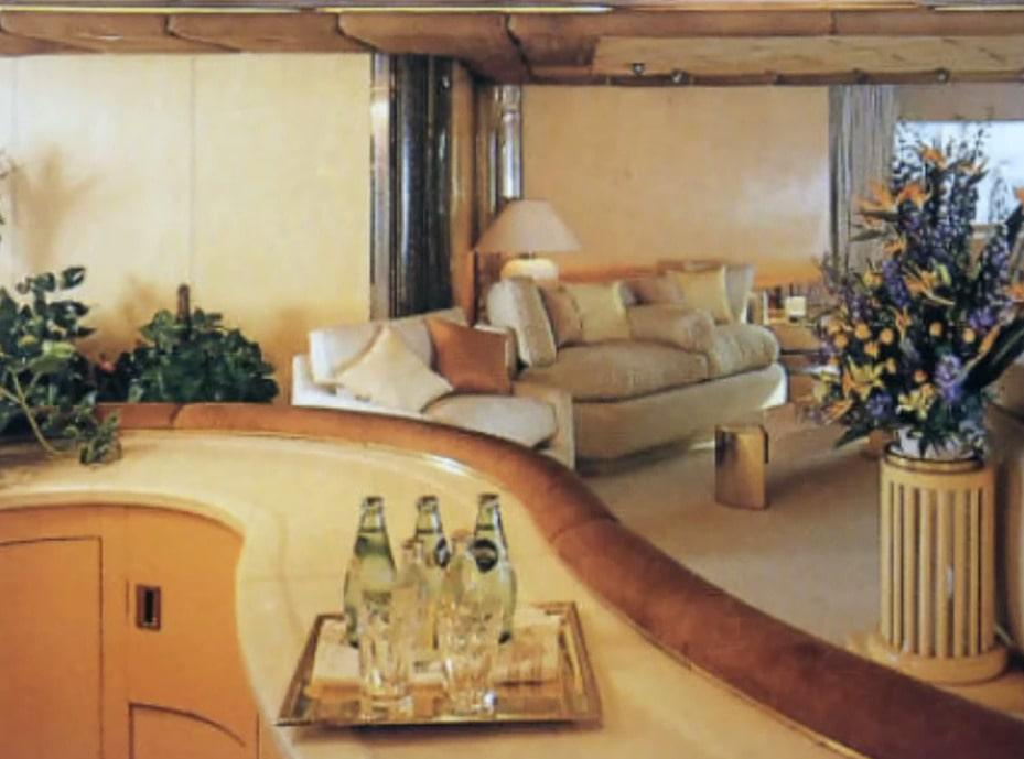 Inifrån baren sett. yachten på 85 meter kunde ta hand om 22 gäster och hade 52 besättningsmän.
