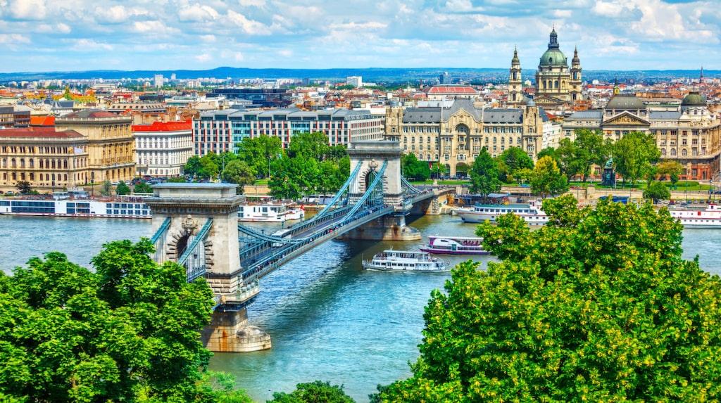 Kedjebron är en välkänd hängbro över Donau mellan Buda och Pest, västra och östra sidan av Budapest, Ungerns huvudstad.