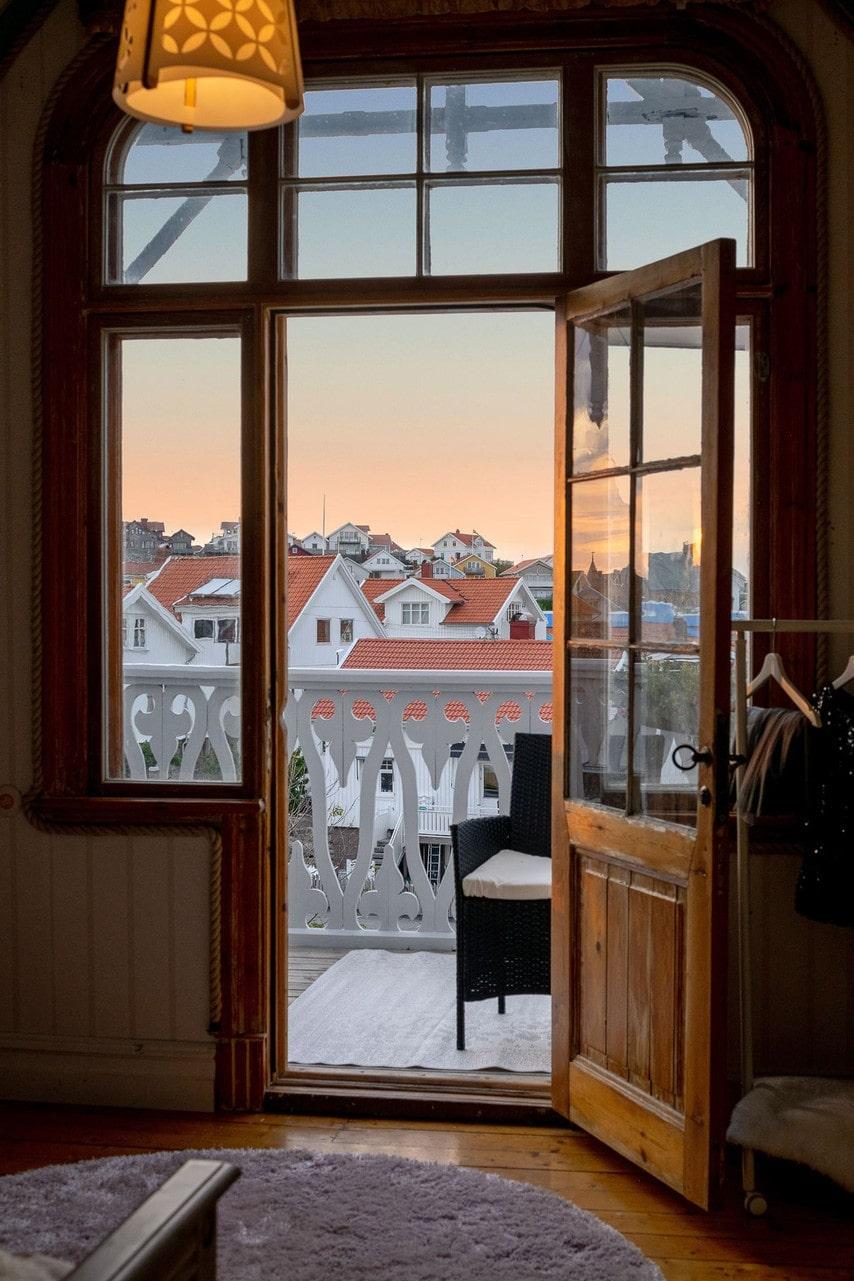 Utsikten över det gamla fiskesamhället Smögen och havet är bedårande.