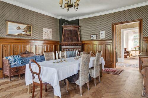 De stora sällskapsrummen bjuder in till stora middagar.