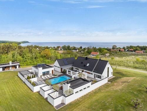 Den arkitektritade villan på Österlen ger en känsla av Medelhavet när man befinner sig på innergården.