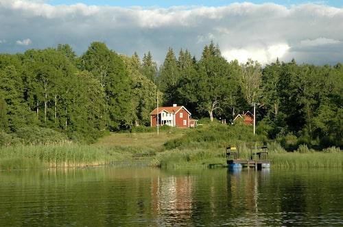 Här kan man finna lugn och ro med sjö, bär- och svampmarker inpå knuten.
