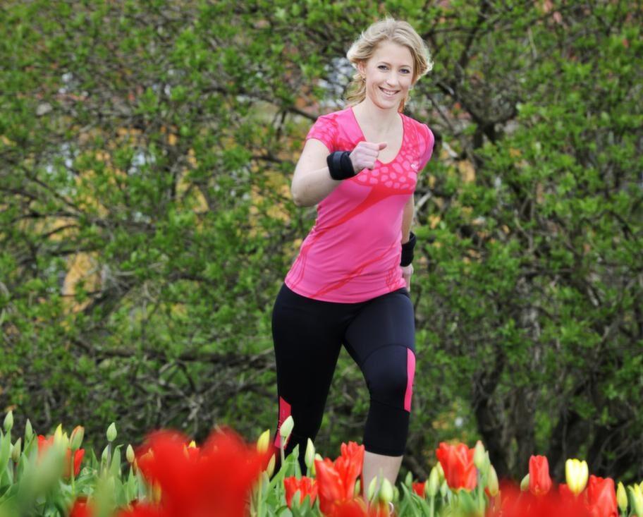 <strong>Vikter - Förbrukar mer energi</strong><br>Vad: Lägg på vikt som höjer förbränningen, som viktmanschetter, viktbälte eller viktväst. Med en viktväst får du jämnare fördelning av bördan runt kroppen med mindre risk för snedbelastning.<br>Varför: Förbränningen höjs med vikter, du kan också bli starkare. Med manschetter runt vristerna så går det åt mer energi i form av kalorier än när du bär viktväst. En belastning som motsvarar 1,4 procent av kroppsvikten ökar energiåtgången vid gång med 8 procent om vikten placeras på anklarna. Det är sex gånger mer än om samma vikt placeras på bröstkorgen.<br>Hur: Vänj dig stegvis vid att gå med vikter, börja med kortare rundor.<br>Börja gärna med ett viktbälte eller en viktväst eftersom du får en jämn belastning på lederna när vikterna är fördelade runt kroppen.<br>Var noggrann med att handvikter placeras under hjärthöjd för att undvika onödig påverkan på blodtrycket. Kontrollera att skulderpartiet är sänkt för att undvika onödiga muskelspänningar.