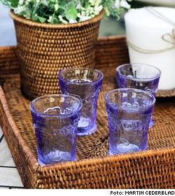 Blå glas, 19 kronor/ styck, Lagerhaus. Rottingkorg för flaskor, 70 kronor, från Newport. Crèmevitt trevekesljus, 245 kronor, Newport.