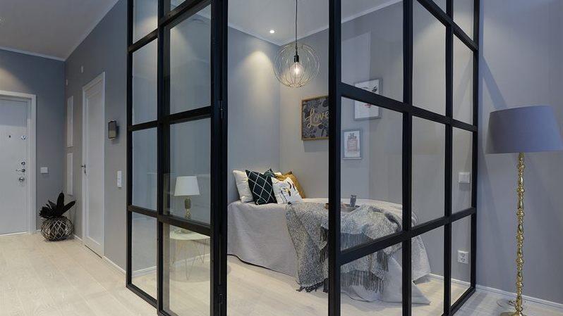 Sovrummet är avskilt med hjälp av snygga glasväggar.