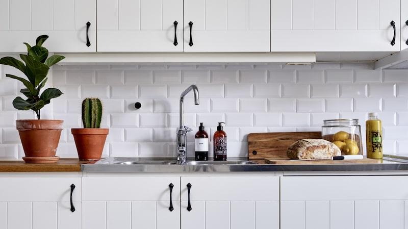 Köket är inte så dumt för att ha 24 år på nacken. Med nytt kakel och ny färg på väggarna så funkar köket ett tag till. Diskmedel och tvål från Lagerhaus.