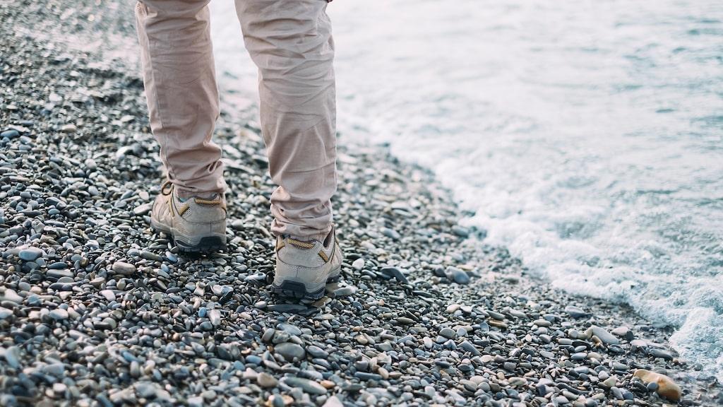 För att lindra rastlösheten och krypningarna i benen så kan du gå en kortare promenad eller bara röra på fötterna.