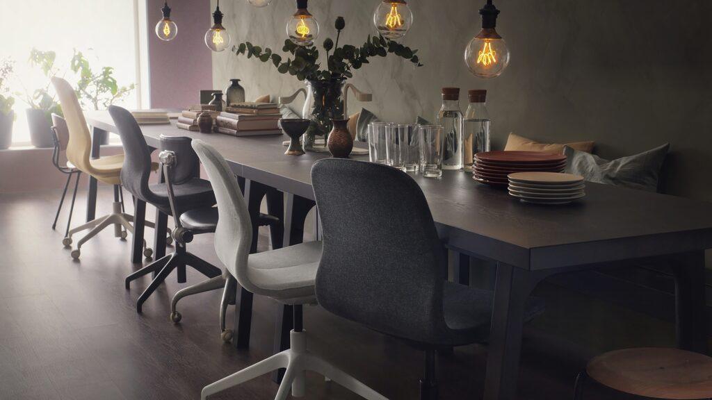 """Den nya arbetsstolen Långfjäll kombinerar ergonomisk komfort med vacker form. Den är godkänd för kontor men passar lika bra i hemmet, och levereras med tio års garanti. Formgivaren Eva Lilja Löwenhielm: """"De rena och svagt kurviga linjerna hos arbetsstolen är inspirerade av den mänskliga kroppen och  förstärks genom sydda detaljer. Vårt mål var att skapa en arbetsstol som skulle passa både på kontoret och i vardagsrummet – kanske till och med runt matbordet."""" Pris: 1095 kr. Flera färger."""