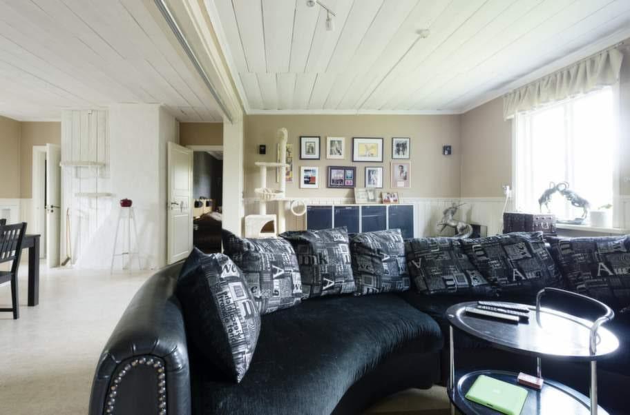<strong>FILMMYS</strong>. Hela familjen Houdi är mycket nöjda med den halvmåneformade soffan. Där får alla plats framför 65-tums-tv:n.