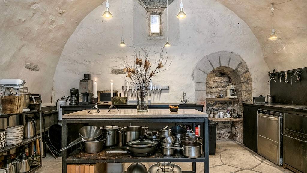 Köksön mitt i köket under medeltida valv.