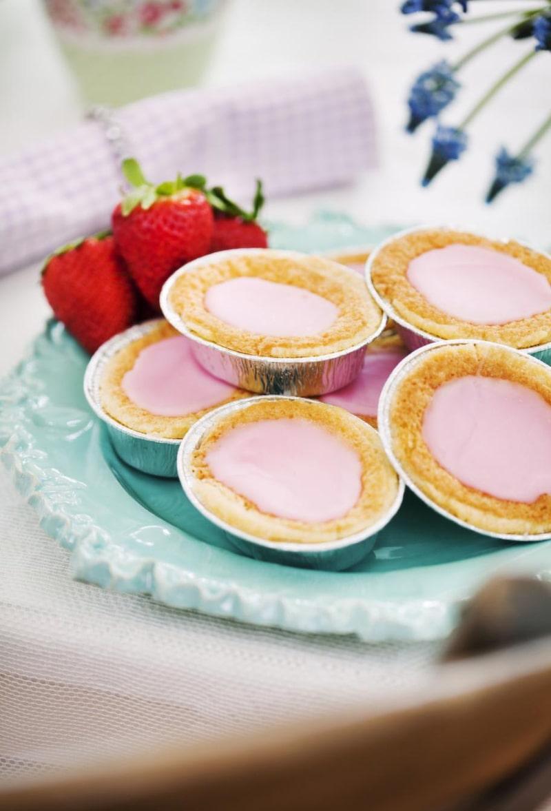 <strong>Rosa kakor</strong><br>Rör ner röd karamellfärg i glasyren för att få rosa kakor. Lila servetter, 79 kronor, Syster lycklig. Turkost kakfat, 300 kronor, Fabulös keramik.
